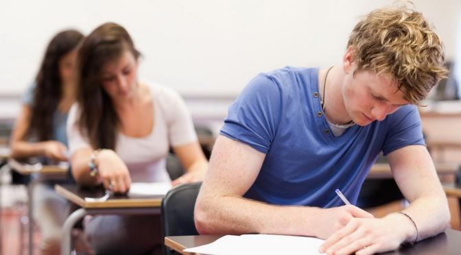Liceenii şi elevii de gimnaziu susţin tezele semestriale