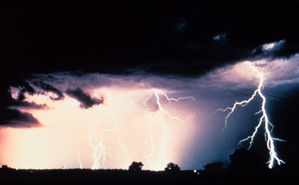 Rețele electrice din zona Fălticeni avariate din cauza condițiilor meteorologice