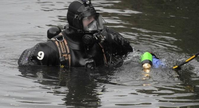 Scafandrii caută o persoană care a căzut în râul Moldova