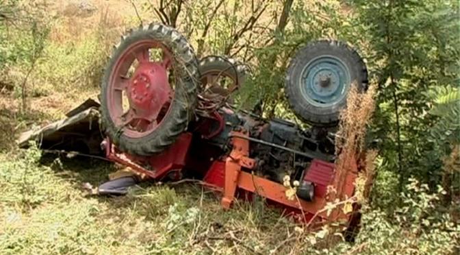 Bărbat prins sub un tractor pe un câmp din Cumpărătura: Victima este internată la Spitalul Județean Suceava