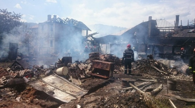 Construcții din 4 gospodării au luat foc în Câmpulung Moldovenesc
