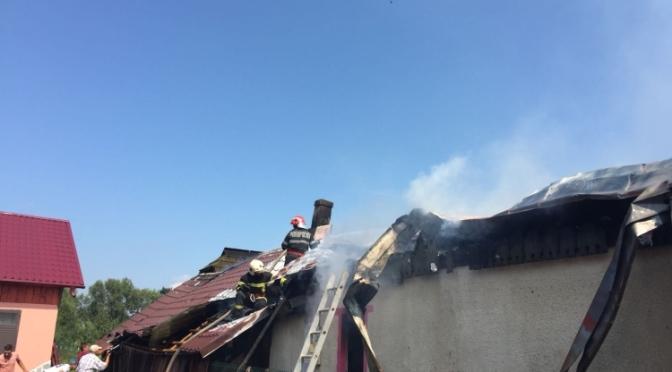 Două gospodării din satul Vuliva afectate de un incendiu puternic. Cauza probabilă un cablu electric defect